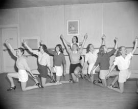 [Group of dancers practising a dance routine]