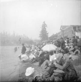 [Crowds on English Bay beach in front of the bathhouse]