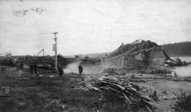 "[Collapse during construction of the ""Quebec Bridge"" spanning the St. Lawrence River ]"