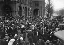 [Armistice Day crowd outside Hotel Vancouver, Georgia Street]