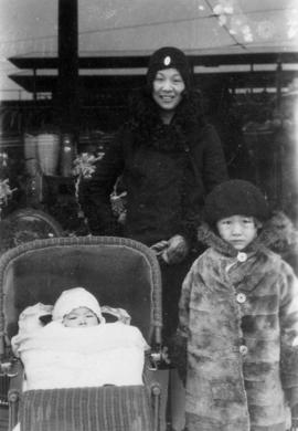 [Winnifred Eng and children] Chicago