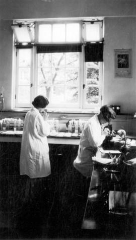 [Unidentified women working in a laboratory at Vancouver General Hospital]