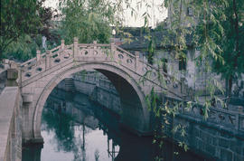 Gardens - China, Japan : Suzhou bridge, open sewer