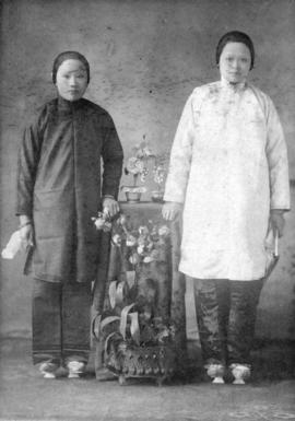 [Two unidentified women in traditional Chinese clothing]