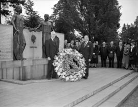 [Men laying a wreath at the Harding Memorial in Stanley Park]