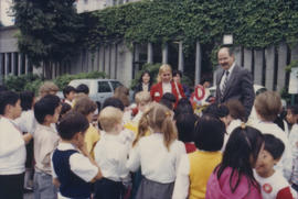 Mike Harcourt speaking to group of children