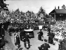 [King George VI and Queen Elizabeth being driven through Queen's Park]
