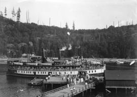 "[Steamer ""Bowena"" at resort area wharf]"