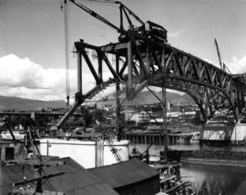 Steel closure to pier M6 [construction of steel deck truss, mid span]