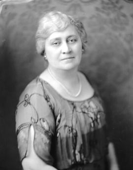 [Head and shoulders portrait of Mrs. A.E. Munn]