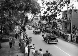 [Crowds line Cornwall Avenue waiting to see King George VI and Queen Elizabeth]