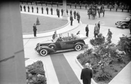[King George VI and Queen Elizabeth arrive at City Hall]