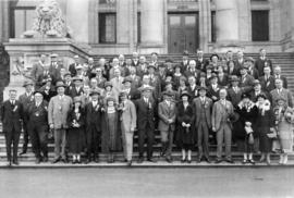 [Group portrait of the Tourist Association on the steps of the courthouse]