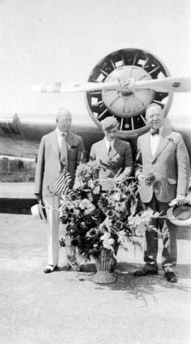 [United Airlines stewardess Dorothea Bow presents flowers to Mayor L.D. Taylor on behalf of Seatt...