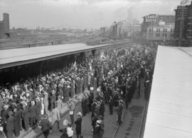 29th military [departure - crowd at railway station]