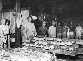 [Freshly baked bread for the troops on the Western Front]