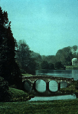 Gardens - United Kingdom : bridge at Lake Stourhead