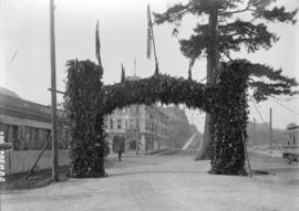 [Stanley Park arch at Georgia Street park entrance, erected for visit of Duke of Connaught]