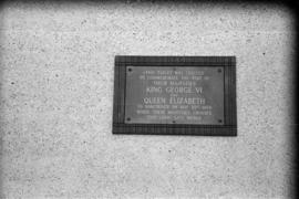 [Plaque commemorating King George VI and Queen Elizabeth's crossing of the Lions Gate Bridge]