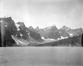 [Morraine Lake and Valley of the Ten Peaks]
