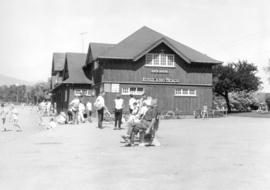 Beach goers by Kitsilano Beach bathhouse