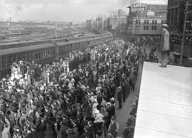 29th military [departure - crowd on railway station platform]