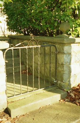 Metal gate [Unidentified property]