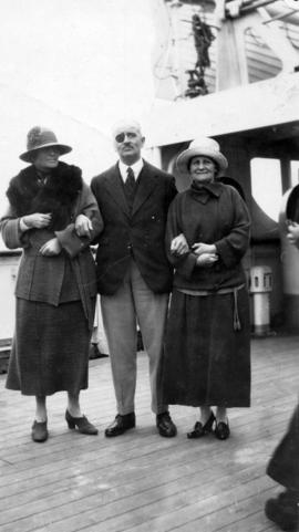 [Captain Appleby and two women during the visit of Douglas Haig, 1st Earl Haig (Field Marshal)]