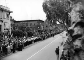 [Crowds line the 2200 Block of Cornwall Avenue waiting to see King George VI and Queen Elizabeth]
