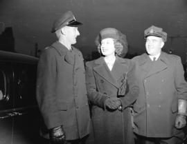 Gail Patrick [with] two policemen [during the] 7th Victory Loan [drive]
