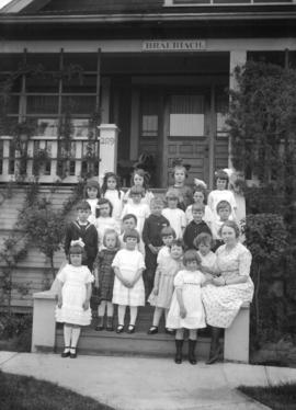 "[Kerrisdale Baptist Church Sunday School class on steps of ""Braeriach at 2119 West 42nd Avenue]"