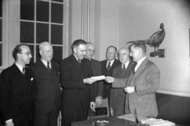 [Group of men receiving a cheque]