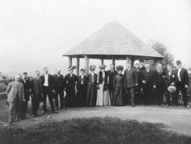 [An unidentified group in front of the observation point (summer house) at Prospect Point]