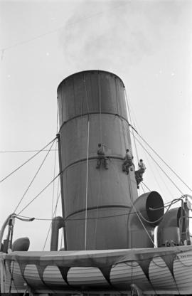 "[Men painting the funnel of R.M.S. ""Niagara""]"