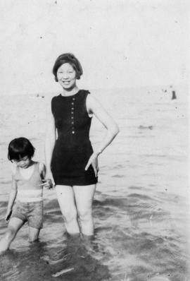 [Winnifred Eng and daughter at] Lake Michigan, 1929