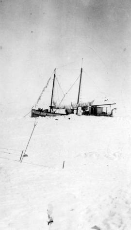 "[The ""Fort Macpherson"" stuck in the ice]"