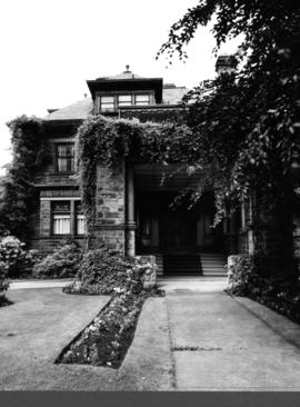 Angus Apartments (Gabriola), 1531 Davie Street, porte-cochere and garden