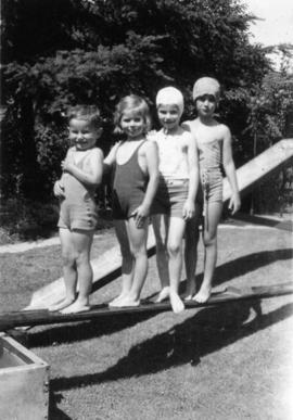 John Banfield, Alix Louise Gordon, Jane Banfield, unknown girl on ramp of swimming tank