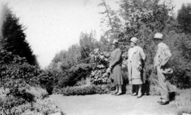 [L.D. Taylor and two women at Butchart Gardens]